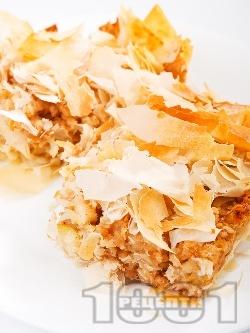 Пухкава ябълкова баница с готови точени фини кори, галета, заквасена сметана и стафиди - снимка на рецептата